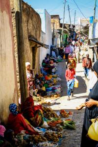 Pienviljelijät myyvät tuotteitaan Hararin kaupungin katumarkkinoilla.