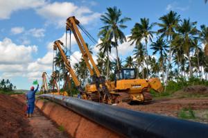 """Taustaa tapahtuneelle: Mtwaran levottomuuksissa on kyse hyvin poikkeuksellisesta tapahtumasta Tansaniassa. Kaasuputken on määrä kuljettaa Mtwaran lähiedustan kaasua, jota on hyödynnetty jo 1980-luvulta lähtien. Dar es Salaamissa sijaitsee Tansanian sähkönjakeluverkon keskus. Tansaniassa tämä niin sanottu """"vanha kaasu"""" ja uusien kaasulöytöjen hyödyntäminen menevät usein sekaisin. Näin tapahtuu erityisesti Mtwarassa, joka on Tansaniankin mittapuulla köyhä ja laiminlyöty alue. Tansanian hallitus on tiedottanut kaasuputkihankkeesta huonosti, mutta syyllisinä levottomuuksiin pidetään myös alueen omia populistisia poliitikkoja. He ovat luvanneet epärealistisesti, että kaasun ansiosta ihmisten elämä muuttuu nopeasti paremmaksi. / Pasi Nokelainen"""